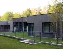 Дизайн дома выполнен в современном стиле