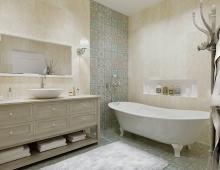 Дизайн ванной комнаты выполнен в гармоничном сочетании различных фактур и материалов