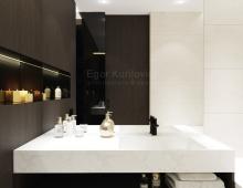 Зеркало от пола до потолка зрительно увеличивает интерьер ванной комнаты
