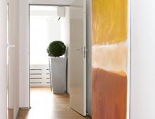 Интерьер коридора с акцентом в виде картины современного художника