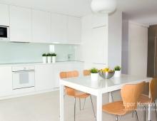 Современная белая кухня с дизайнерской мебелью